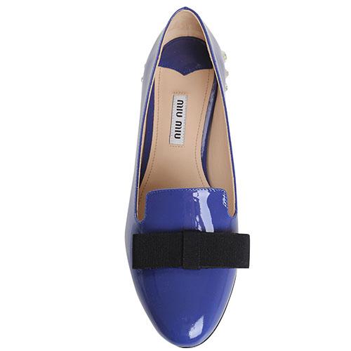 Синие лаковые туфли на низком ходу Miu Miu с камнями на каблучке, фото