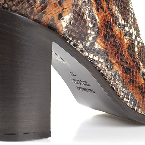 Сапоги из тисненой под змею кожи с замшевым верхом The Seller коричневого цвета, фото