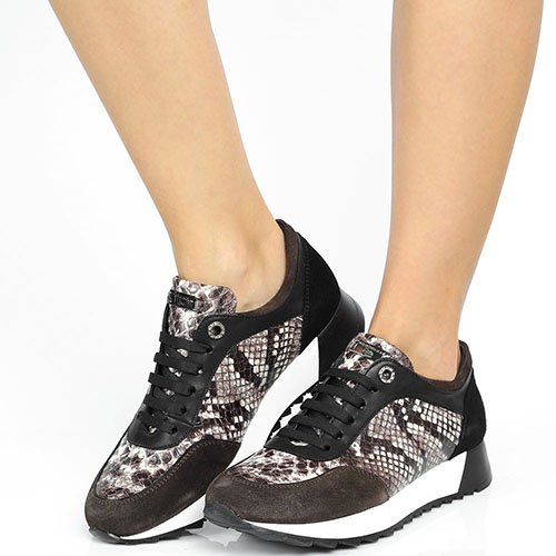 Кроссовки из тисненной под питона кожи Tosca Blu с замшевыми вставками коричневого цвета, фото