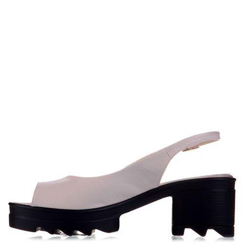 Босоножки Prego из лаковой кожи бежевого цвета на удобном каблуке и платформе, фото