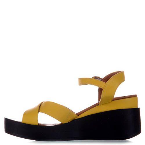 Сандалии Prego желтого цвета из кожи на черной танкетке, фото