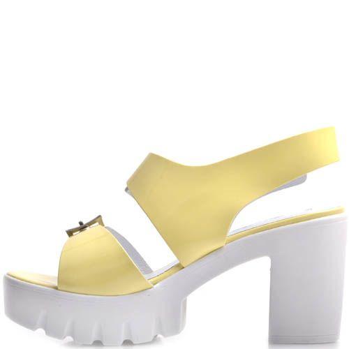 Босоножки Prego желтые лаковые на толстом каблуке с металлическими ремешками, фото