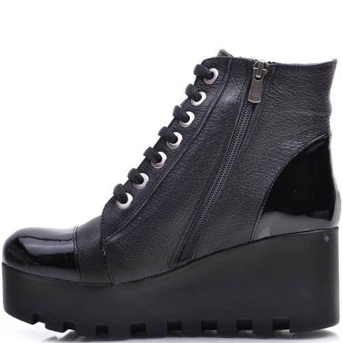 Ботинки Prego зимние черного цвета с лаковыми вставками на рельефной танкетке, фото