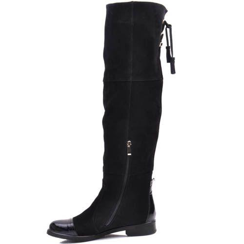 Ботфорты Prego зимние черного цвета из замши с лаковым носочком и кисточками, фото