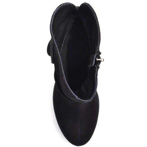Ботильоны Prego замшевые черного цвета на толстом каблуке с рельефной танкеткой и широким ремешком с черной пряжкой вокруг шикол, фото