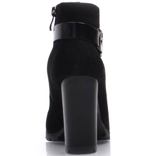 Ботильоны Prego из черной замши с узким носком на каблуке и с лаковым кожаным ремешком на пяточке, фото