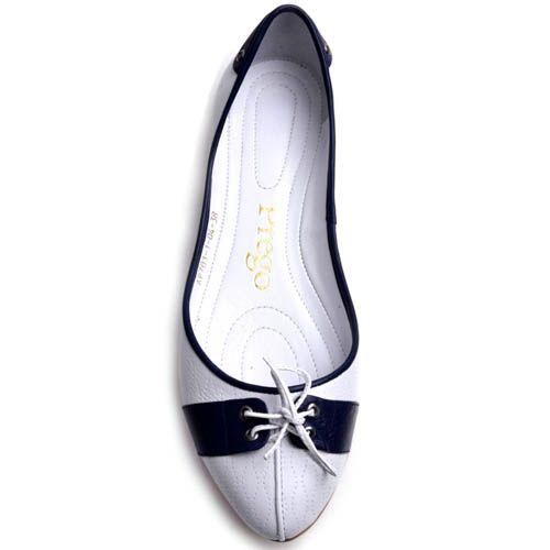 Балетки Prego белого цвета с синими вставками и декоративной шнуровкой, фото