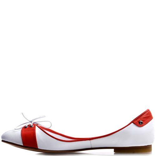Балетки Prego белого цвета с красными вставками и декоративной шнуровкой, фото