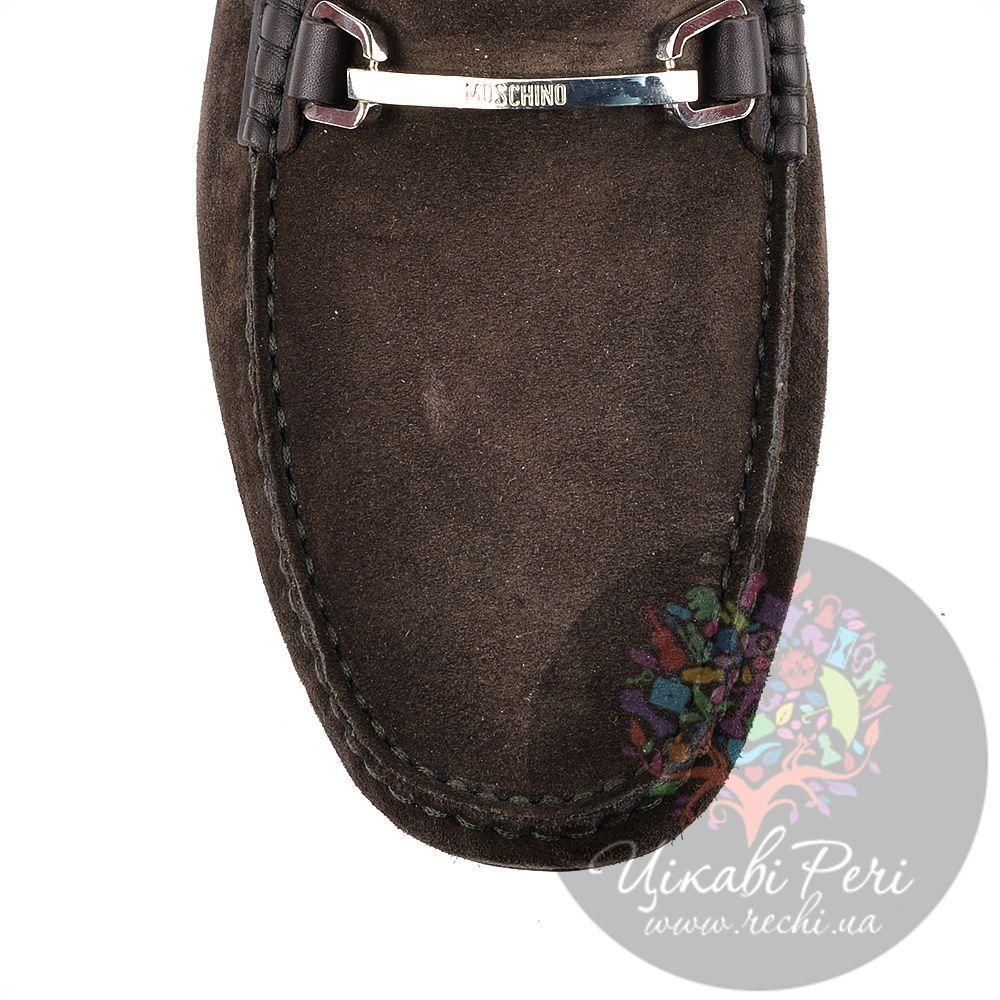 Лоферы Moschino коричневые замшевые с перетяжкой-шильдой