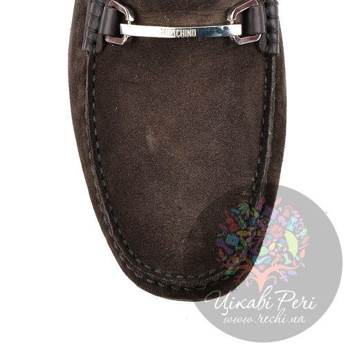 Лоферы Moschino коричневые замшевые с перетяжкой-шильдой, фото
