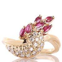 Кольцо с бриллиантовой россыпью и рубинами из желтого золота, фото