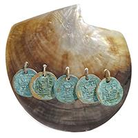 Моносерьга rockah. Siren's Treasures из половинки натуральной раковины с монетами Краба в патине, фото