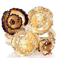 Золотое кольцо Roberto Bravo с тремя цветками золотого и коричневого цвета и бриллиантом, фото