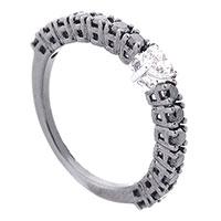 Кольцо из золота с белым бриллиантом по центру, фото