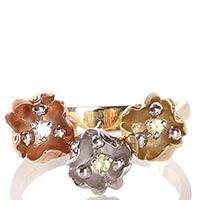 Золотое кольцо Roberto Bravo с тремя маленькими цветками пастельных тонов, фото