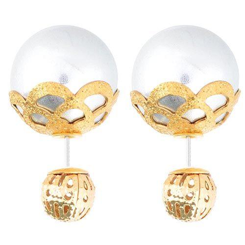 Асимметричные серьги-гвоздики с крупной серебристой бусиной в ажурном обрамлении, фото