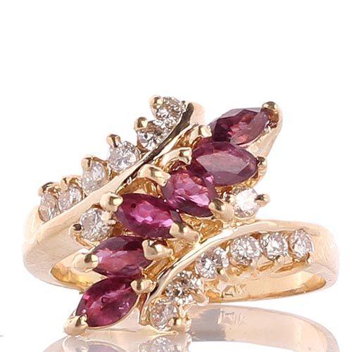 Кольцо с инкрустацией рубинами и бриллиантами в желтом золоте, фото