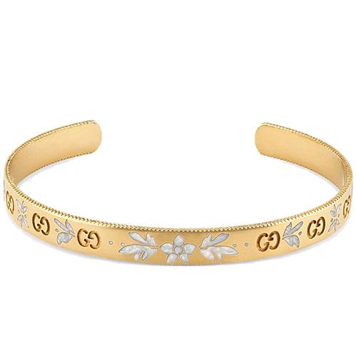 Золотой незамкнутый браслет Gucci Icon с цветочным декором из белой эмали, фото