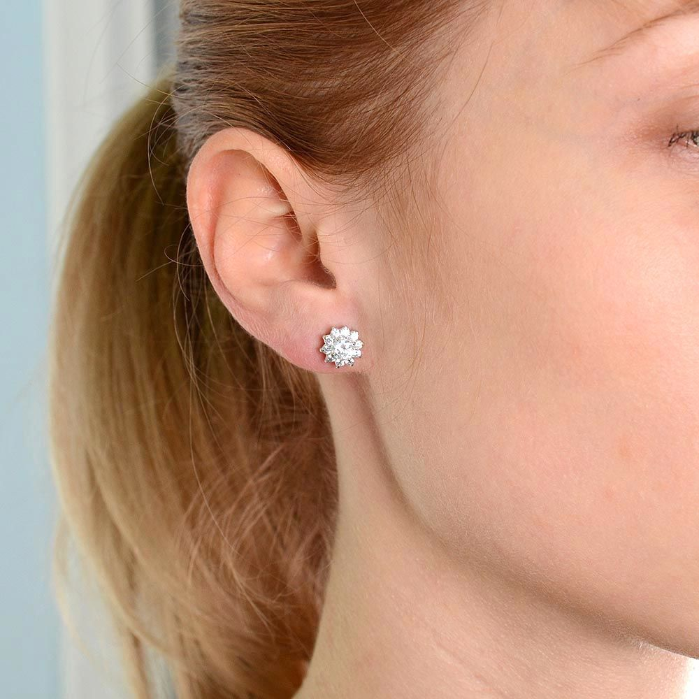 Серьги-гвоздики серебристые с переливающимися и сверкающими кристаллами