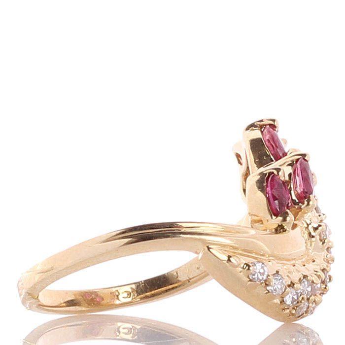 Кольцо с бриллиантовой россыпью и рубинами из желтого золота