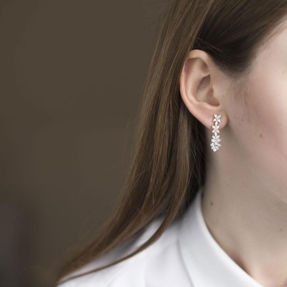 Серьги-пусеты Оникс с бриллиантами в виде цветов