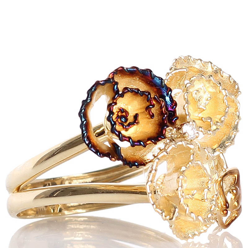 Золотое кольцо Roberto Bravo с тремя цветками золотого и коричневого цвета и бриллиантом