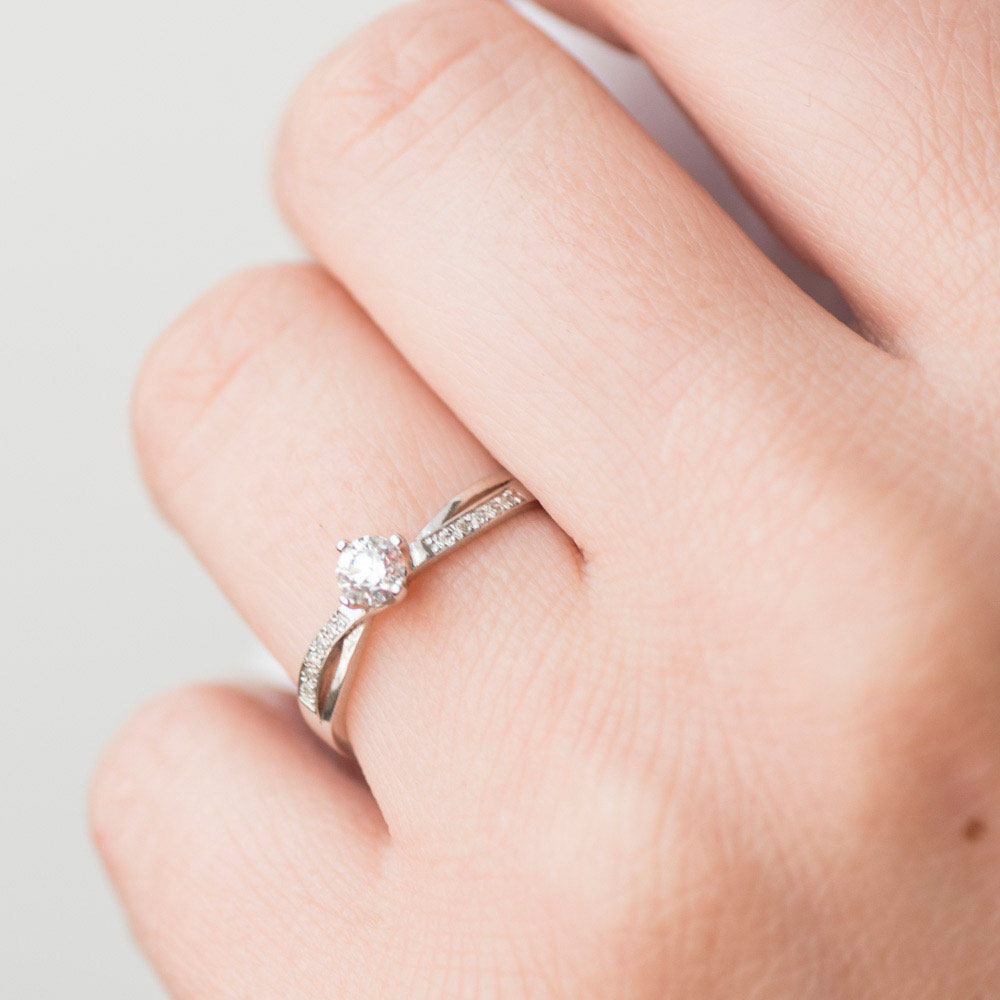Тонкое кольцо из белого золота с бриллиантами