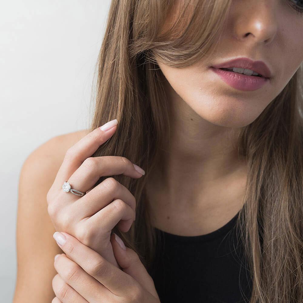 Кольцо из белого золота Оникс Цветочек