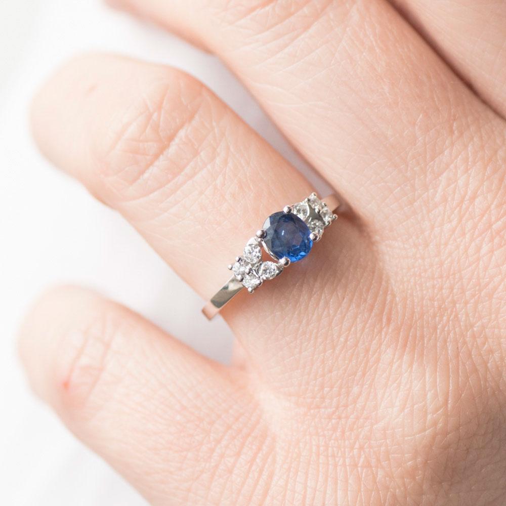Золотое кольцо Оникс с крупным сапфиром