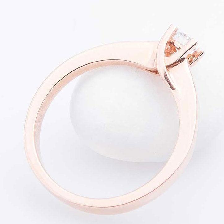 Золотое кольцо Оникс с белым бриллиантом