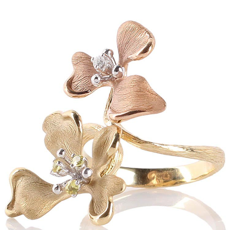 Золотое рельефное кольцо Roberto Bravo Kareena с цветами маттиолы и драгоценными камнями