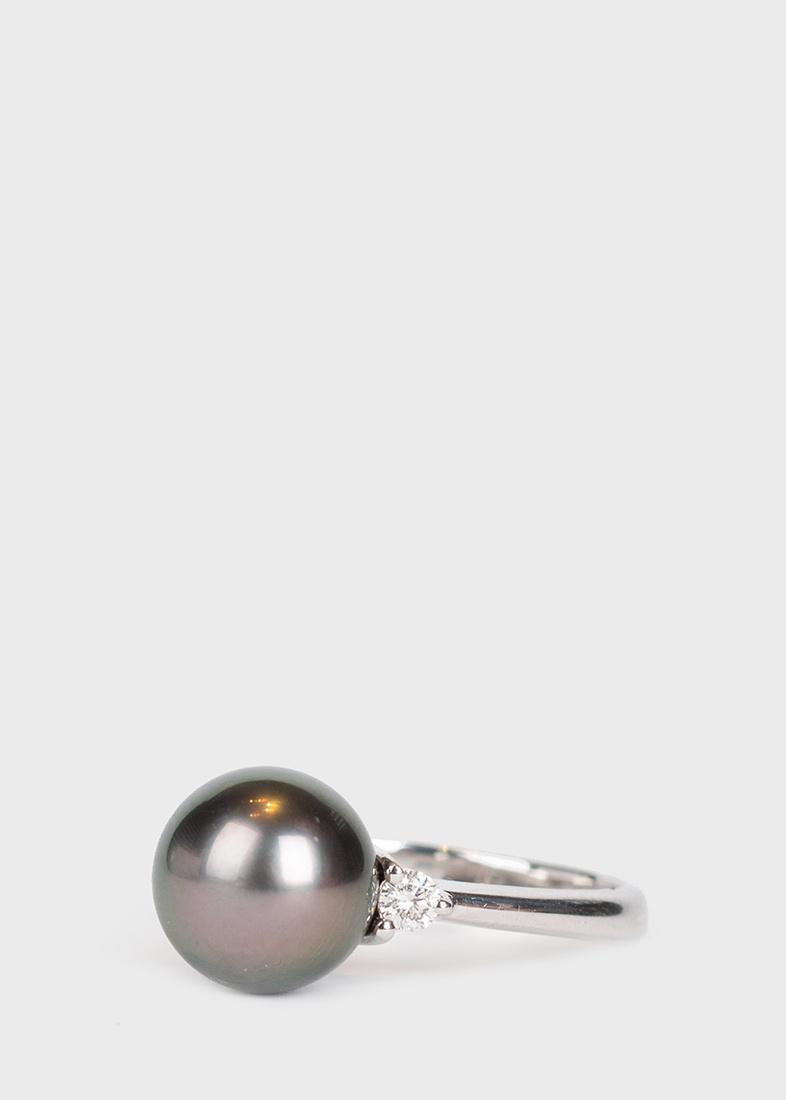 Тонкое кольцо Yamagiwa из белого золота с черным жемчугом и бриллиантами