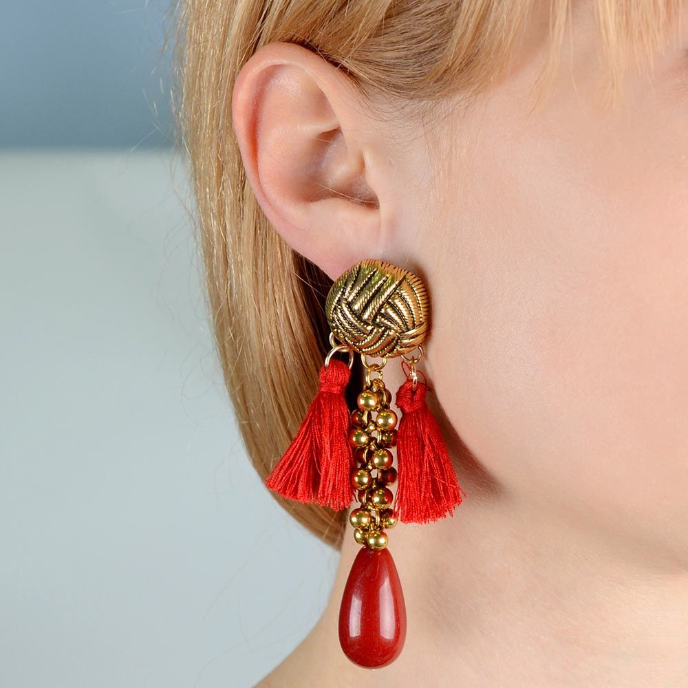 Серьги-гвоздики Jewels с крупной красной бусиной и ярко-красными кистями из нитей