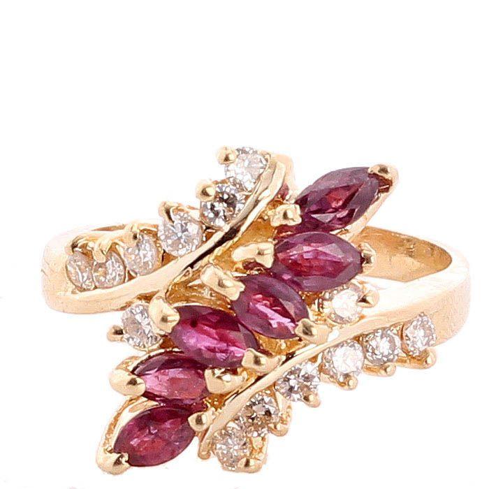 Кольцо с инкрустацией рубинами и бриллиантами в желтом золоте