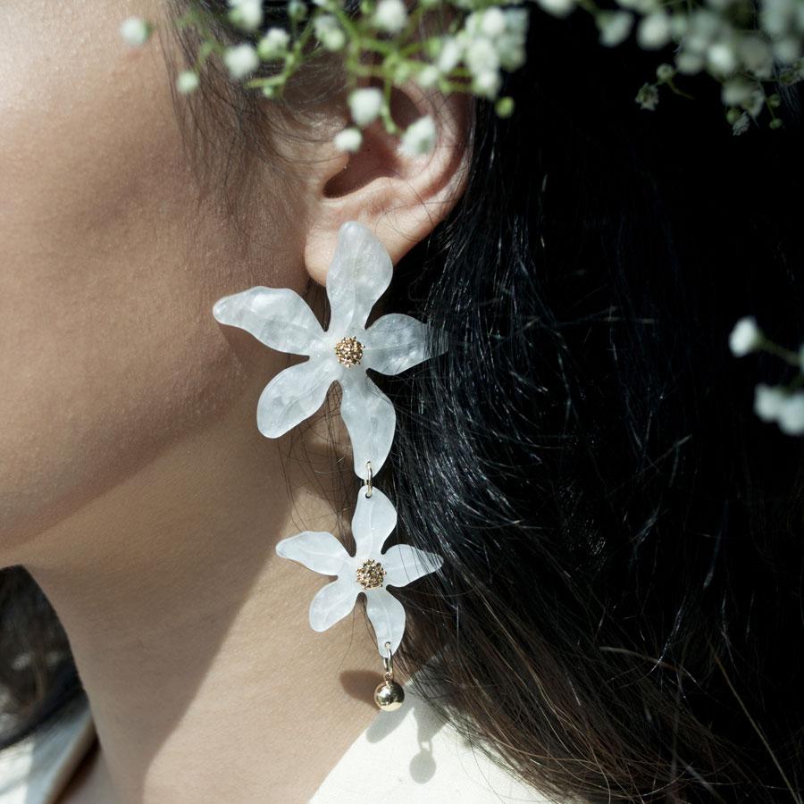 Длинные серьги Wanderlust + Co Eden Lucia Ivory с акриловыми цветами