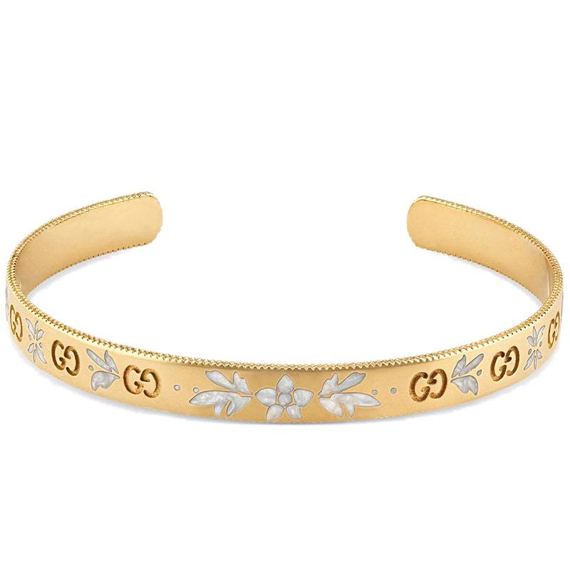 Золотой незамкнутый браслет Gucci Icon с цветочным декором из белой эмали