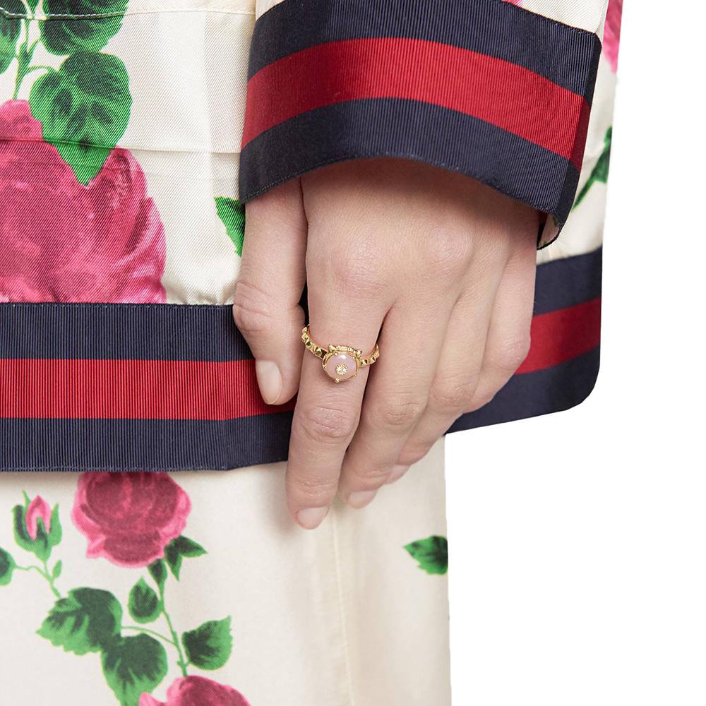 Золотое кольцо Gucci Le Marche des Merveilles с бриллиантами и розовым опалом
