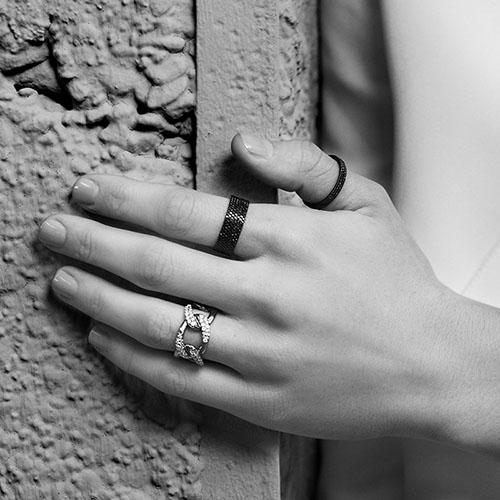 Широкое серебряное кольцо APM Monaco черного цвета, фото