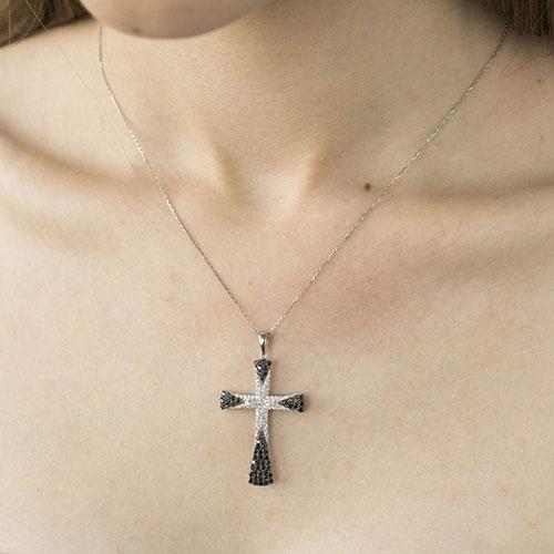 Крестик из золота с черными и белыми бриллиантами, фото