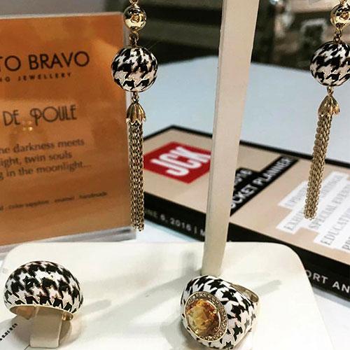Широкое золотое кольцо Roberto Bravo Pied De Poule с орнаментом гусиная лапка, фото