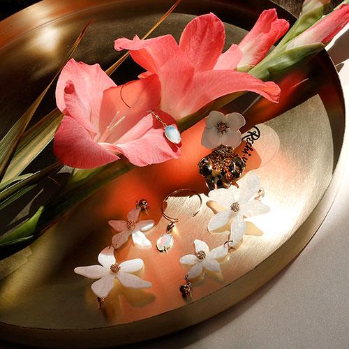 Длинные серьги Wanderlust + Co Eden Lucia Ivory с акриловыми цветами, фото