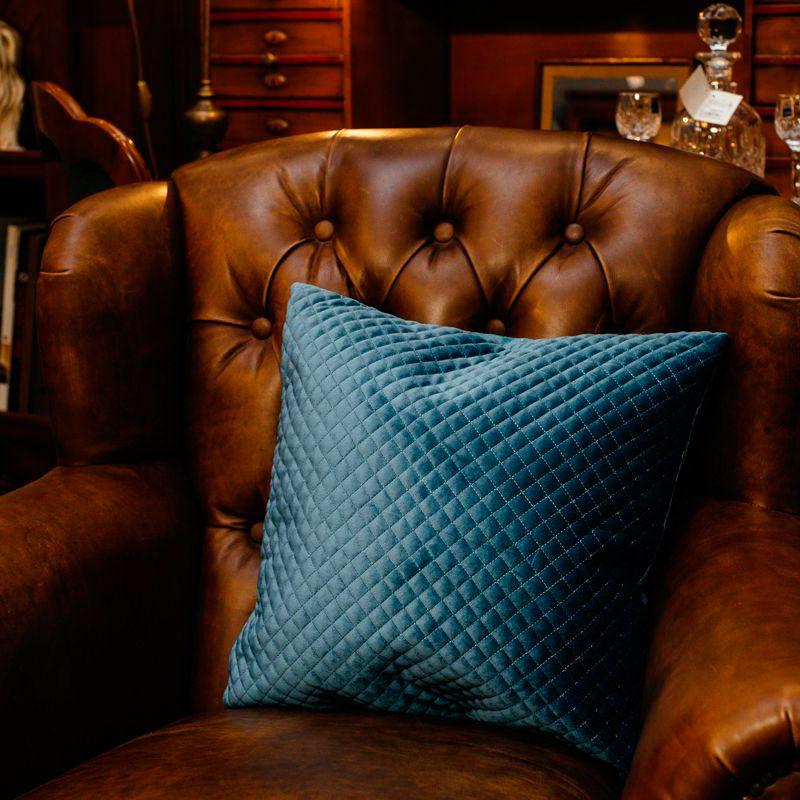 Синяяя подушка стёганая Stof Bleu велюровая