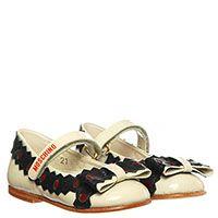 Туфли из лаковой кожи бежевого цвета Moschino с перфорацией и бантом, фото