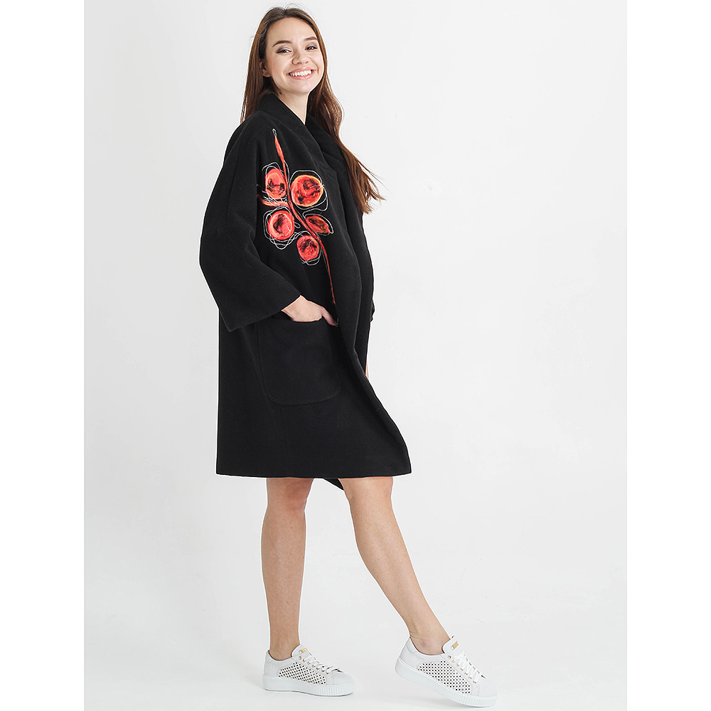 Черное пальто F&emme с красным цветком