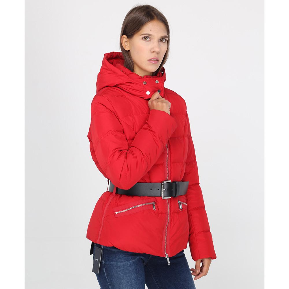 Красная куртка Michael Kors с черным ремнем