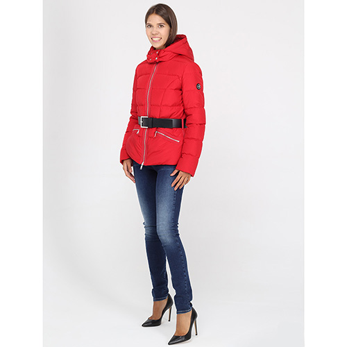 Красная куртка Michael Kors с черным ремнем, фото