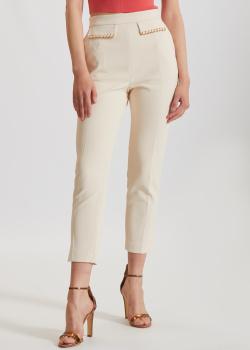 Молочные брюки Elisabetta Franchi с декором на клапанах, фото