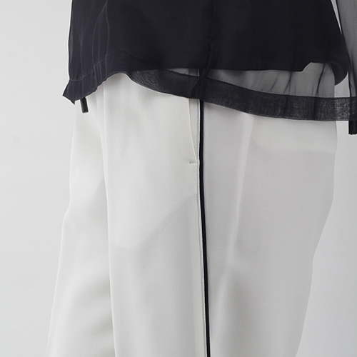 Белые брюки Peserico в спортивном стиле с черными лампасами, фото