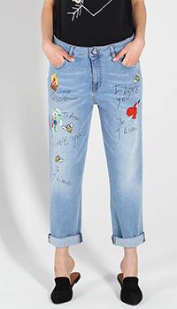 Джинсы-бойфренды Love Moschino голубого цвета с вышивкой, фото