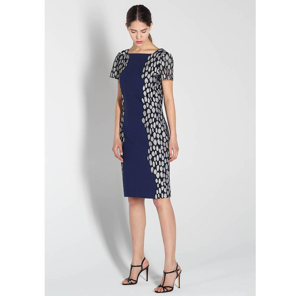 Платье DVF синего цвета с коротким рукавом и серым орнаментом